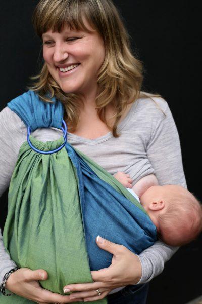 Dojenje u slingu u položaju kolijevke. Slika: Breastfeeding consultants of San Diego