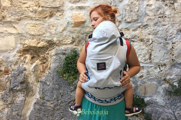 Loco Lobo Click&Go klokanica s dignutom kapuljačom. Dijete u klokanici nema pelene, ima skoro 2 godine, 11.5 kila i nosi odjeću broj 86.
