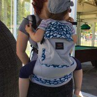Toddler od skoro 2 godine, 16 kg i nosi robicu broj 116. Nema pelene.