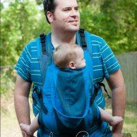 Dijete s hiperekstenzijom koljena u klokanici.