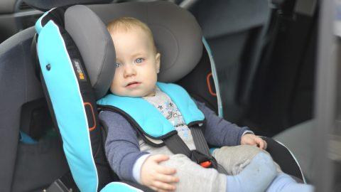 Zašto okrenuti autosjedalicu suprotno od smjera vožnje?